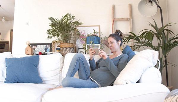 Embarazada viendo curso online