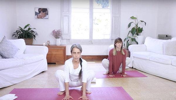 Inma y alumna practican yoga