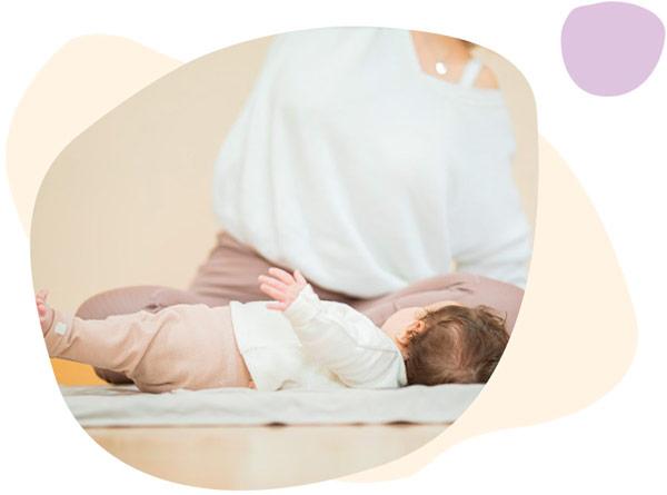 Mamá y bebé practicando yoga